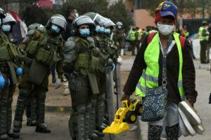 Una migrante cargando con sus cosas después de abandonar el campamento en el que estaba instalada tras las protestas contra la migración ilegal en Iquique - Cristian Vivero Boornes/Agencia / DPA