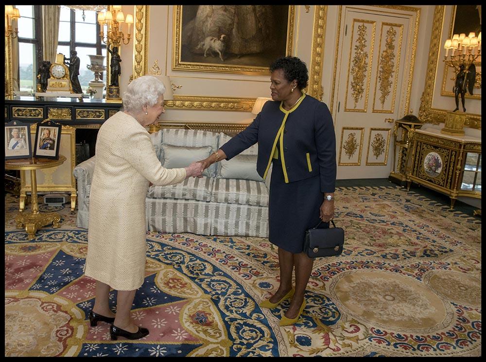 La reina Isabel II de Inglaterra y la recien nombrada presidenta de Barbados, Sandra Mason, quien en el momento de la imagen ocupaba el cargo de gobernadora general del país. - I-IMAGES / ZUMA PRESS / CONTACTOPHOTO