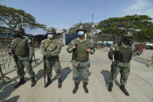 Miembros de las fuerzas de seguridad de Ecuador tras unos enfrentamientos entre bandas en una cárcel de Guayaquil - Marcos Pin/dpa